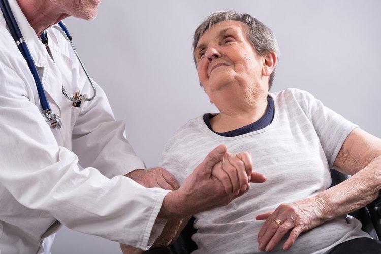 пожилые с заболеванием Альцгеймера