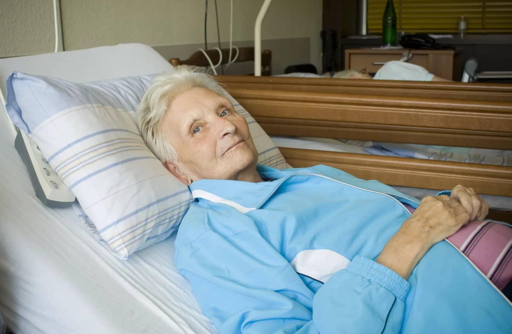 бабушка лежит