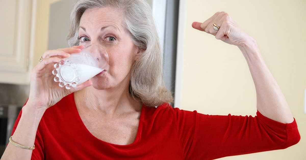 бабушка пьет молоко
