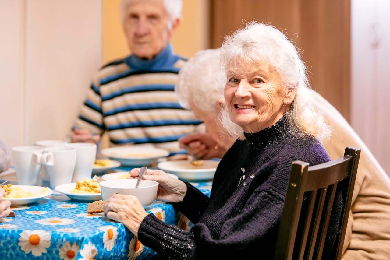 бабушка за столом
