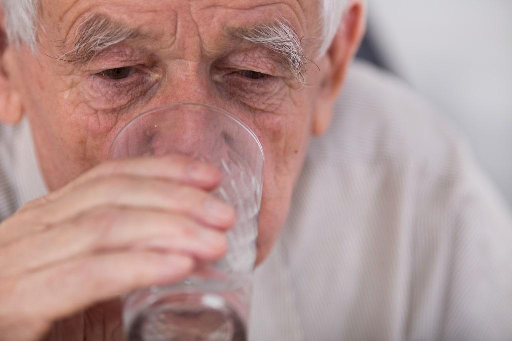дедушка пьет молоко