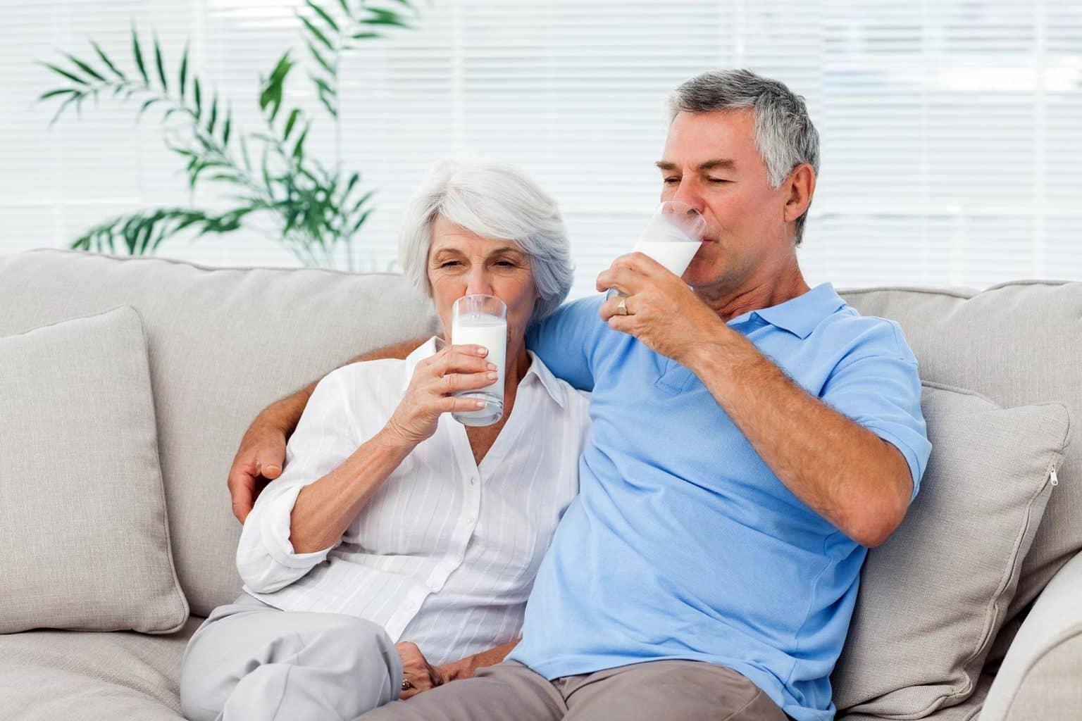 пара пьет молоко