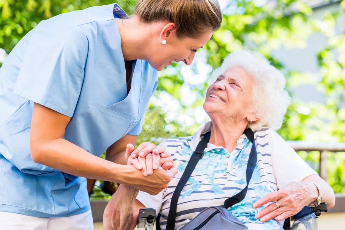 пенсионер и медик на улице