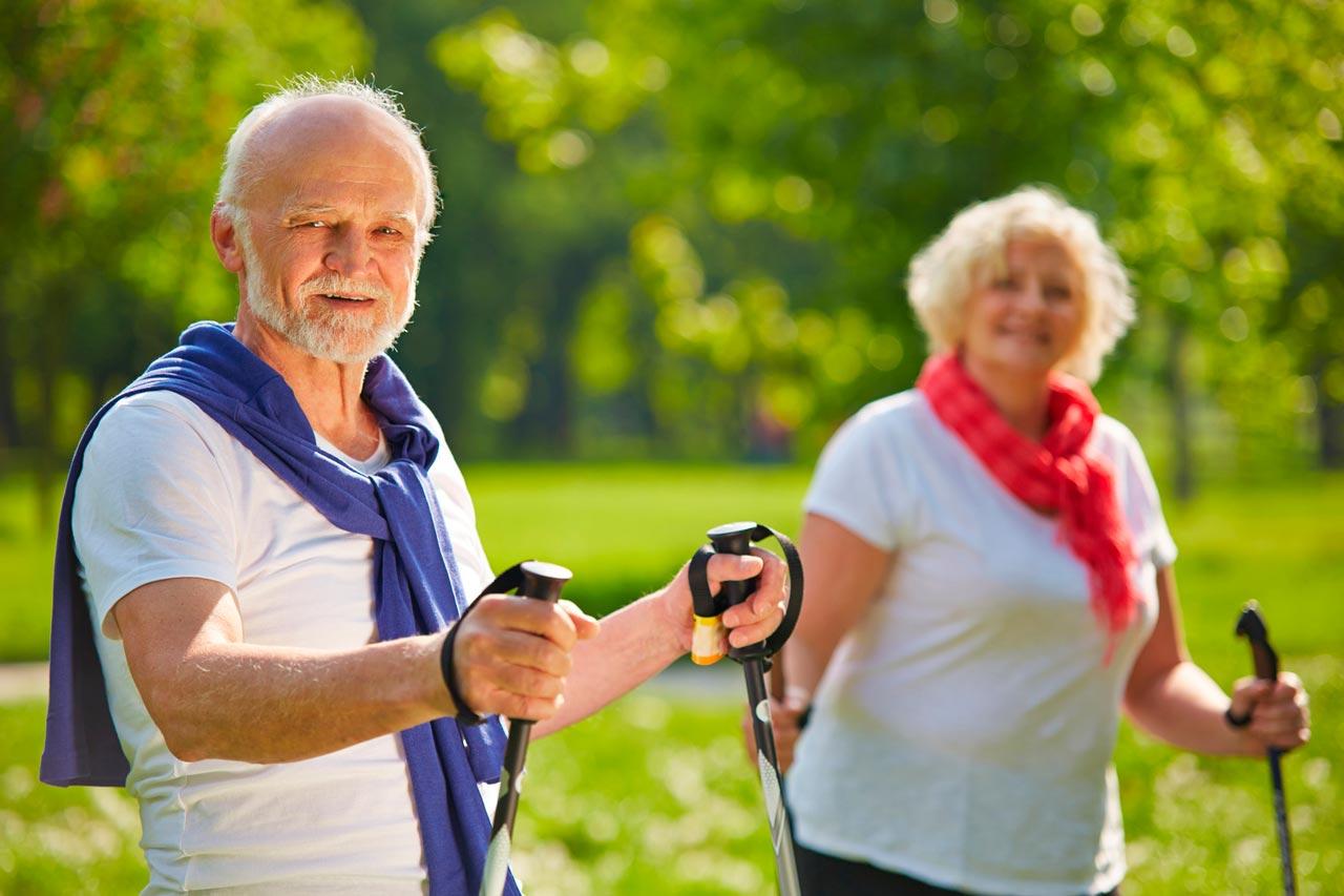 пожилые занимаются спортом