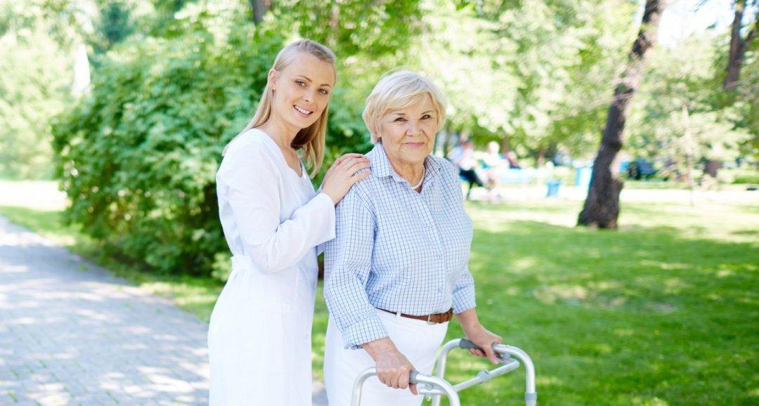 Сиделка с пожилым на улице