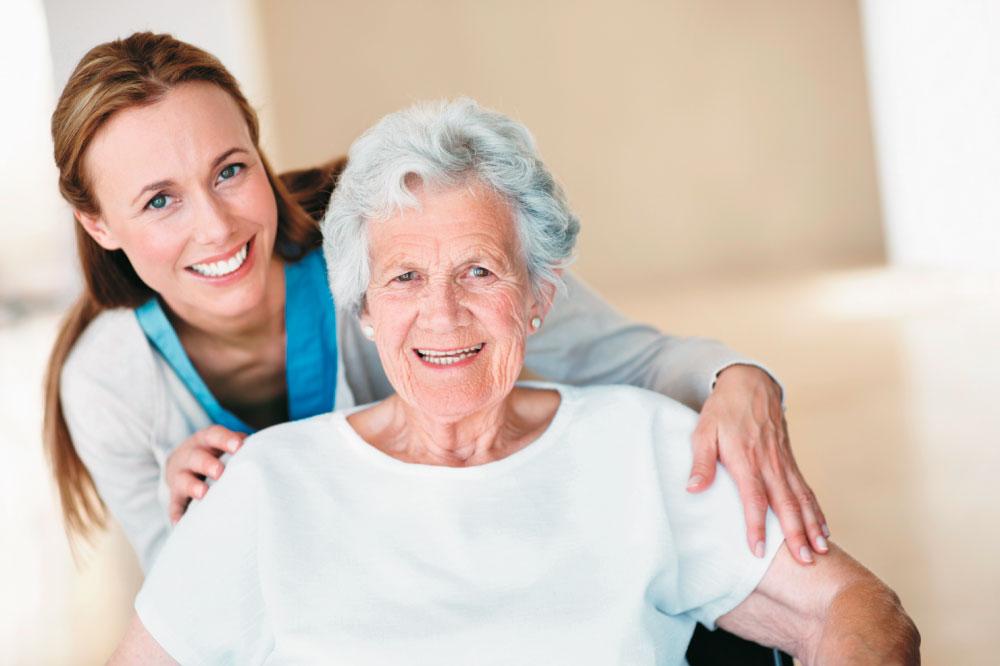Сиделка с пожилым радуются