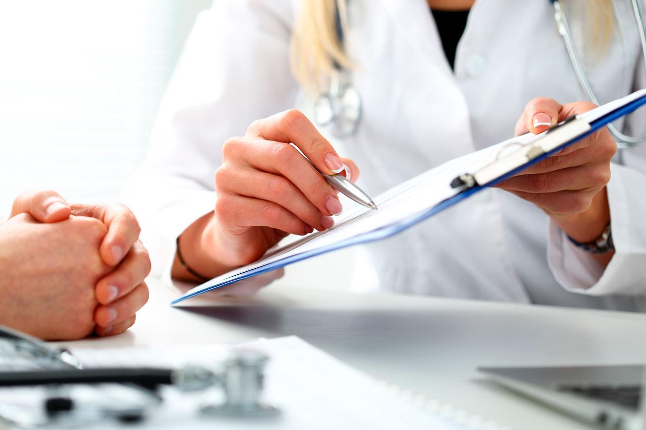 медик пишет документы