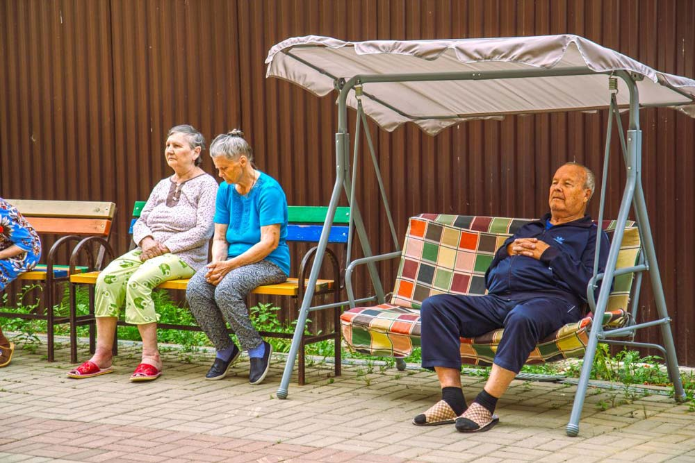 пожилые люди на улице